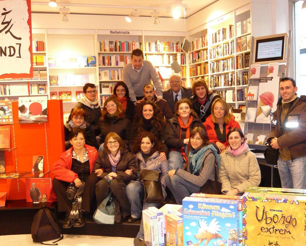 Studenti in visita in una libreria